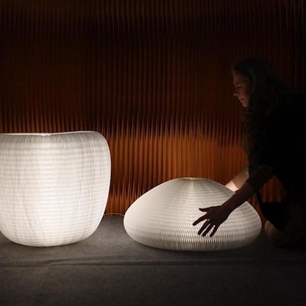 Les cloisons souples, pliantes en papier ou en tissu? Les 'softblocks' en textile? Les séparateurs modernes avec LED intégrés?  Toute la fabrication du studio molo est à découvrir.
